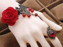 Браслет Ceri с цветами, бусинами и кольцом, цвет красный/черный, S-L - Livia Corsetti