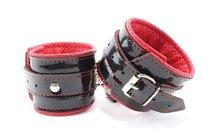 Лаковые чёрно-красные перфорированные наручники, цвет черный - БДСМ арсенал