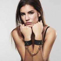 Черные наручники Wide Cuffs на цепочке, цвет черный - Bijoux Indiscrets