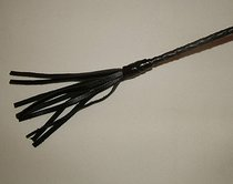 Короткий витой стек с наконечником в виде длинной кисточки - 70 см, цвет черный - Подиум