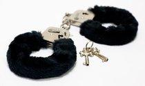 Меховые черные наручники с ключами, цвет черный - Toy Joy