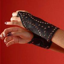Пара кожаных проклёпанных нарукавников с петелькой на пальчик, цвет хром/черный, размер OS - Подиум