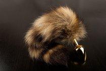 Маленькая золотистая пробка с хвостом енота - 7,5 см., цвет золотой - Пикантные штучки