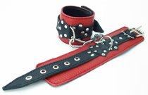 Красные наручники с чёрными проклёпанными ремешками с пряжкой - БДСМ арсенал