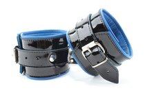 Чёрные лаковые наручники с синим подкладом, цвет черный - БДСМ арсенал