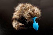 Голубая силиконовая анальная пробка с хвостом енота - 6 см, цвет голубой - Пикантные штучки